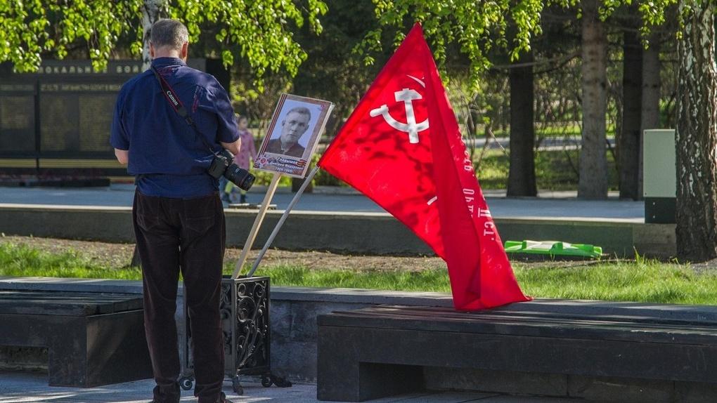 В Новосибирске фотографию ветерана и Знамя Победы поставили в мусорный контейнер