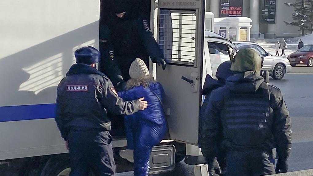 «Похитили люди в чёрном»: в сеть попало видео задержания новосибирской журналистки