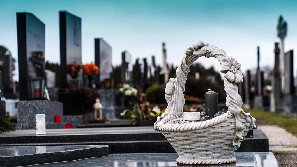 В герметичных пакетах и закрытом гробу хоронят погибших от коронавируса в Новосибирской области