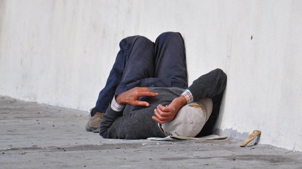 Негде мыться, одежда — только зимняя. Омские благотворители на самоизоляции меньше помогают бездомным