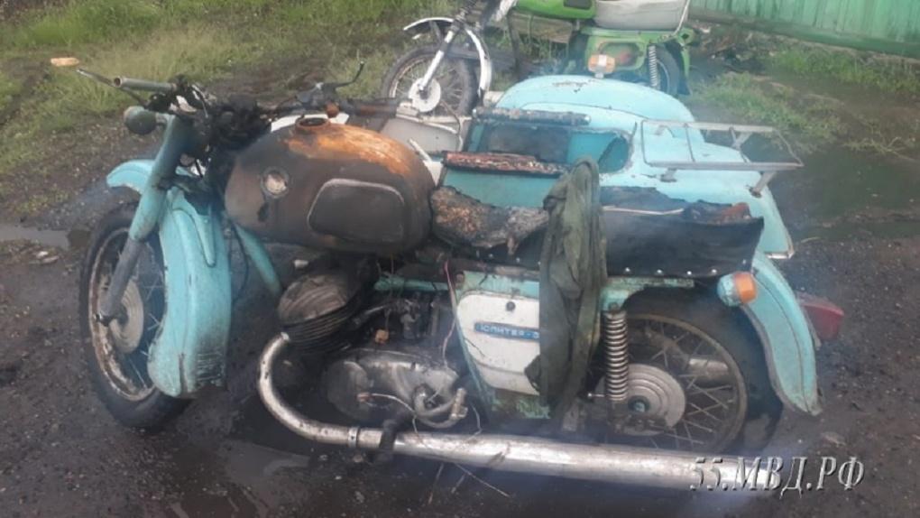 Миротворец по-омски: мужчина сжег мотоцикл, чтобы помешать драке