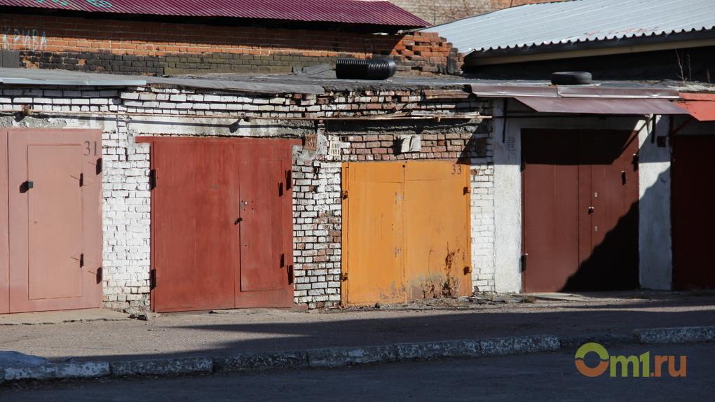 В Омске бдительный сторож гаражного кооператива упал с лестницы и сломал бедро
