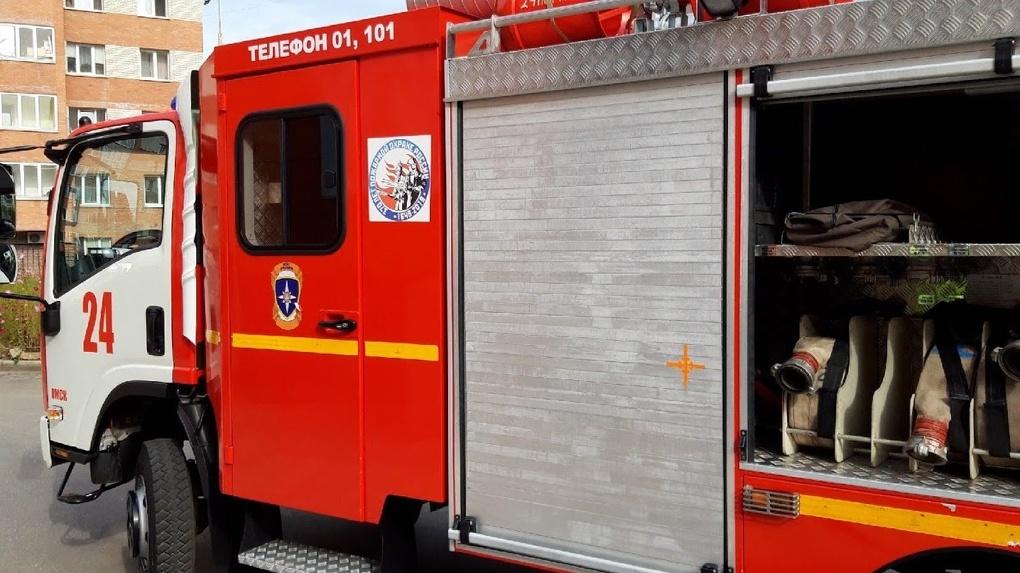 Омские пожарные вытащили из огня пенсионера, который спасал свою жену
