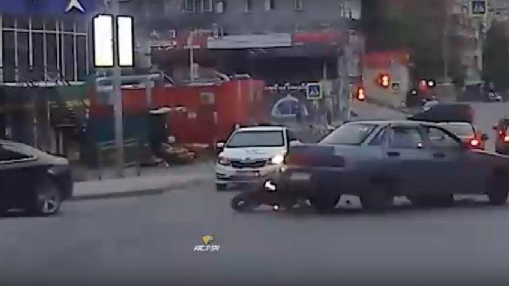 Видео с ночной аварии в центре Новосибирска попало в сети