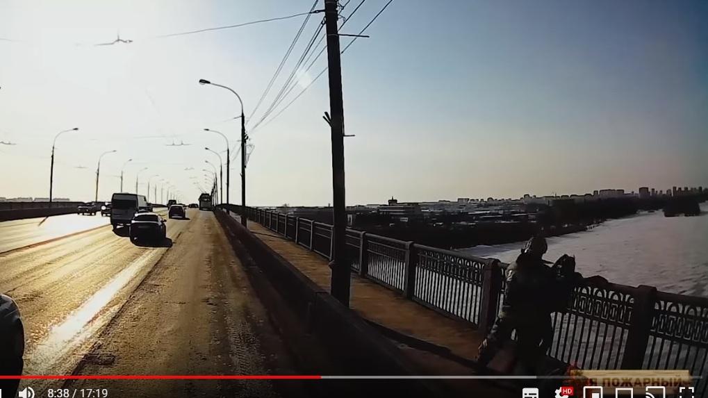 В Омске опубликовали видео спасения девушки, стоящей на краю моста