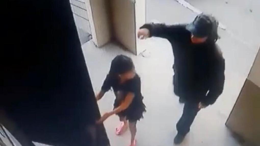 Омича, который напал на 6-летнюю девочку в подъезде, отправили в СИЗО
