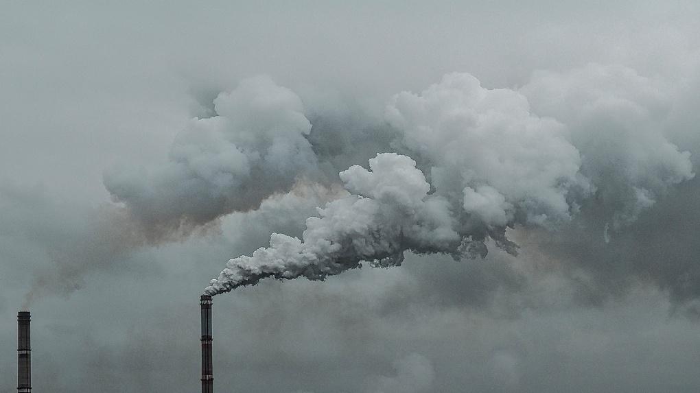 «Открыла балкон навстречу едкому запаху горелого пластика». Омичи дышали выбросами все выходные
