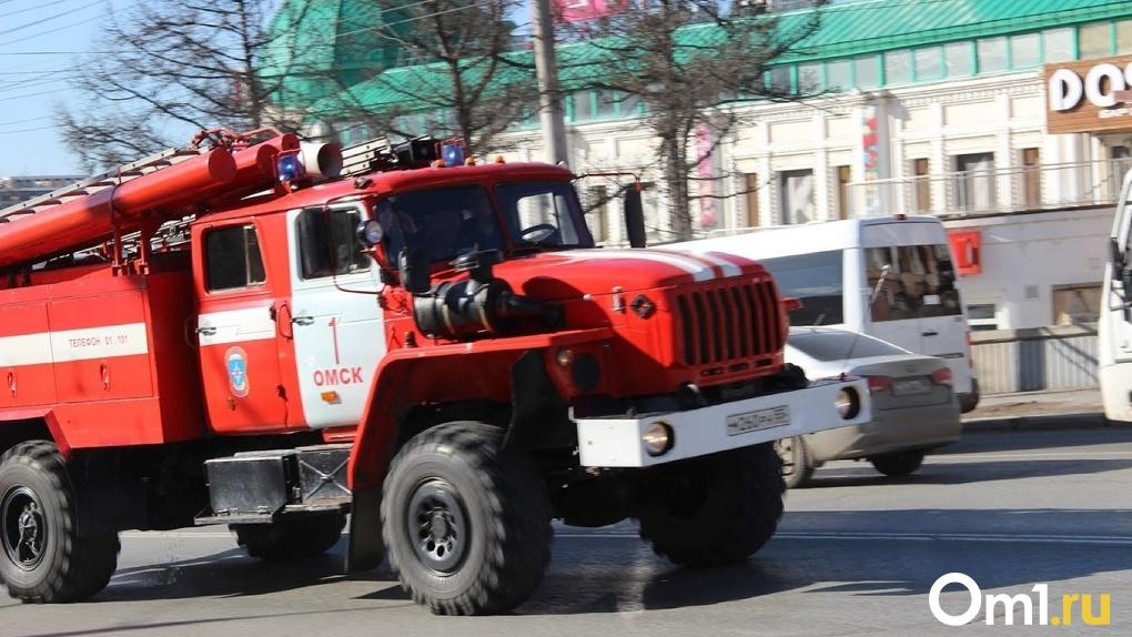 В Омске из-за пожара едва не сгорел целый подъезд с людьми