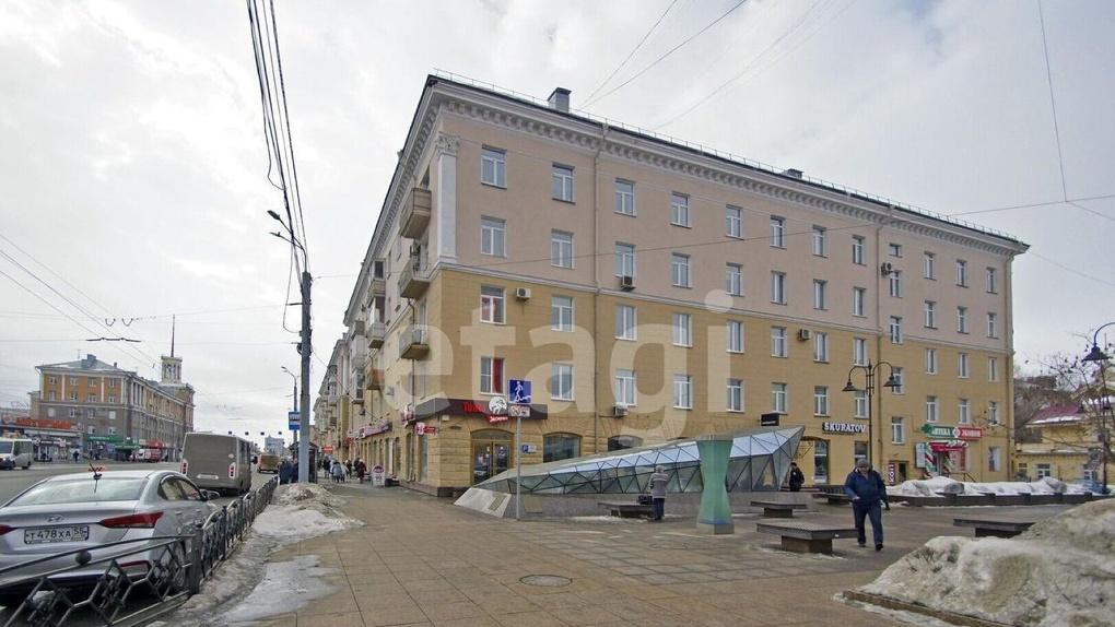 Кинжалы на стенах и голова животного на входе. В Омске за 4 млн продают экстравагантную квартиру