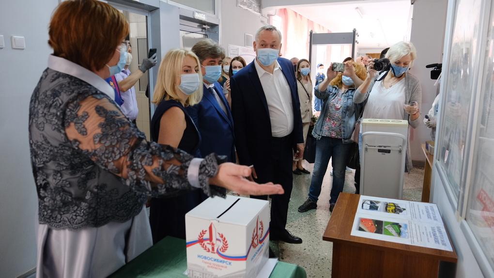 Губернатор Новосибирской области проверил процесс проведения голосования по поправкам в Конституцию