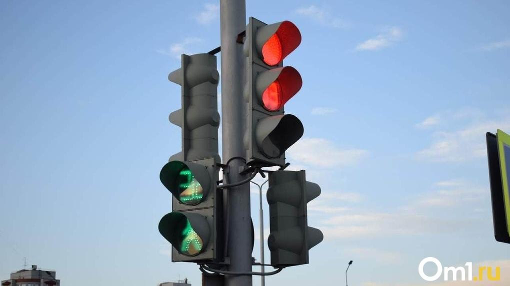 В Омске для комфорта пешеходов скорректировали работу нескольких светофоров