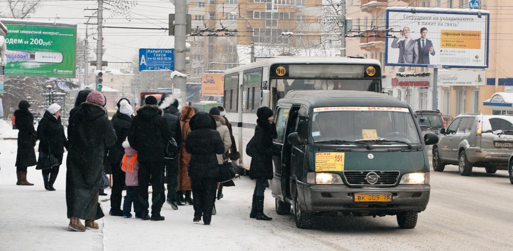 В Омске владельцы маршруток снижают цену на проезд