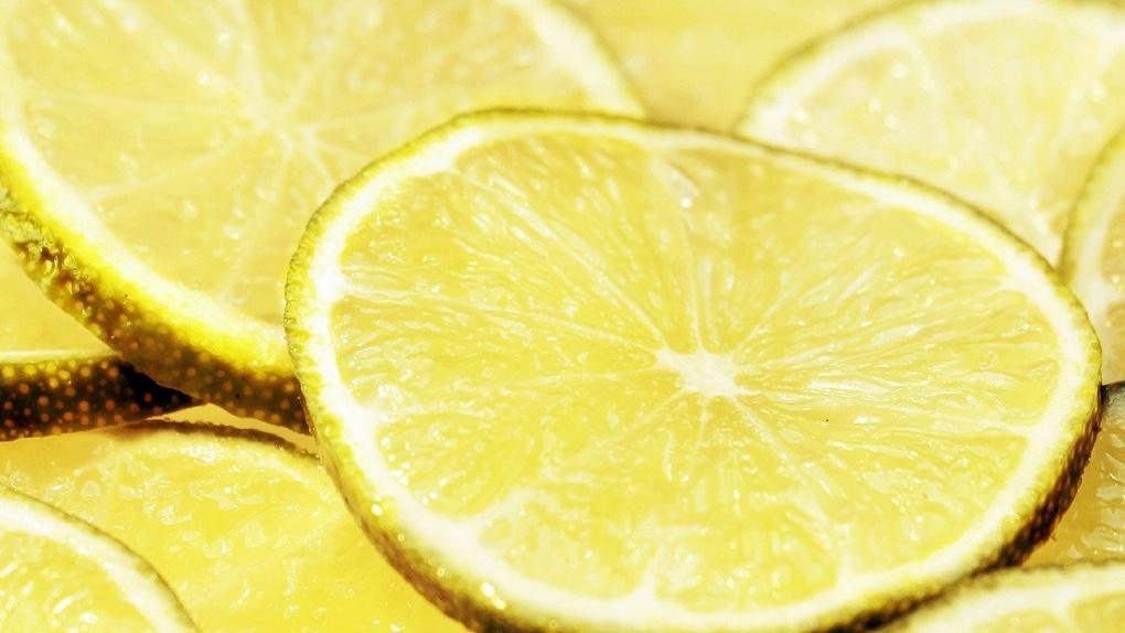 Новосибирские блогеры попытались сделать автомобильный аккумулятор из лимонов