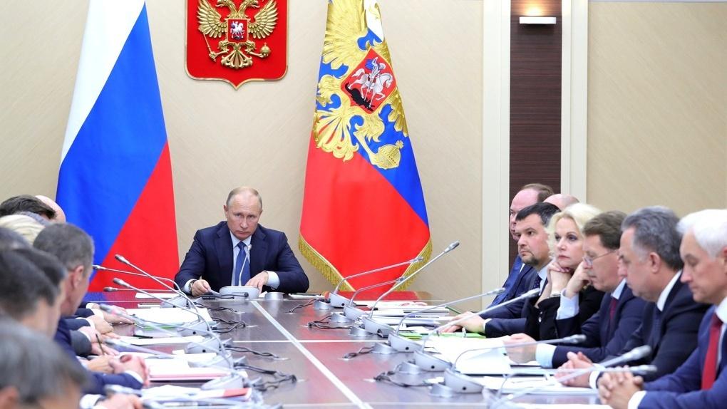 Владимир Путин поручил Дмитрию Медведеву узнать, что «там происходит в реальной жизни» с налогами