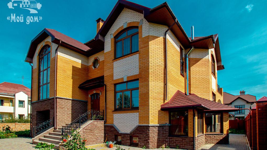 В Омске продаётся коттедж с хрустальными люстрами и каменными подоконниками за 35 млн рублей
