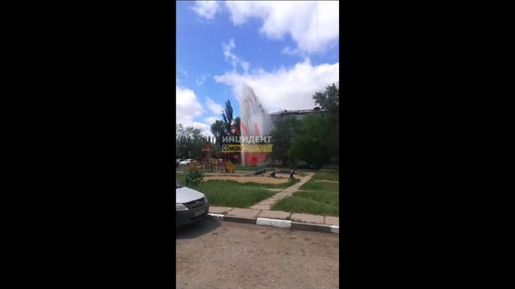 В Омске рядом с детской площадкой забил гейзер. Видео