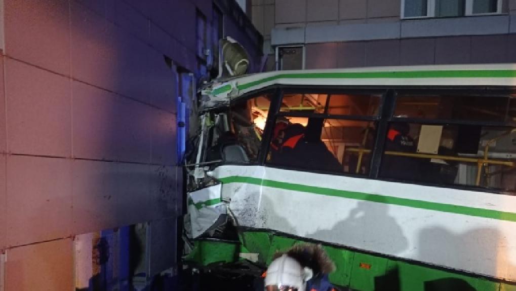 В Великом Новгороде автобус с пассажирами снес здание университета