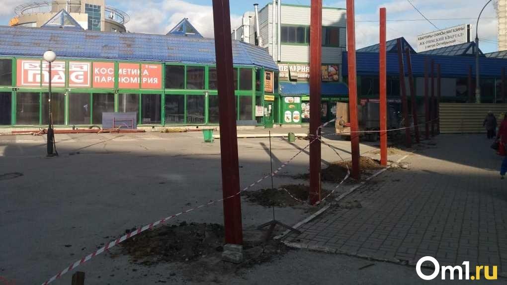 Рабочие разрушают асфальт возле станции метро площадь Маркса