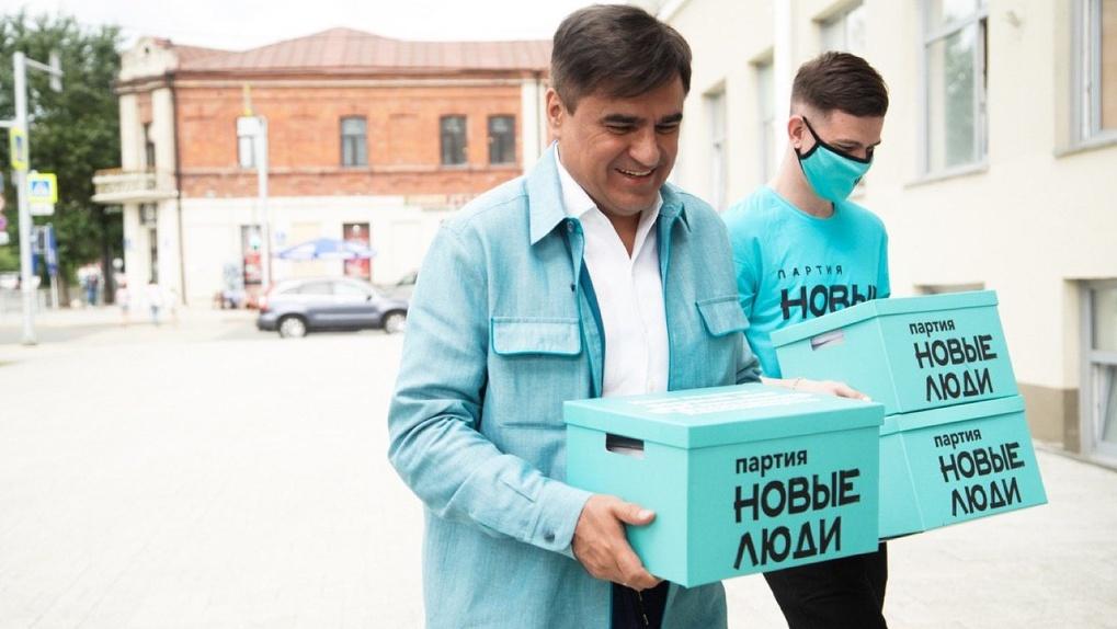 Младшему 18 лет, старшему — почти век: в Новосибирске партия «Новые люди» передала подписи в облизбирком