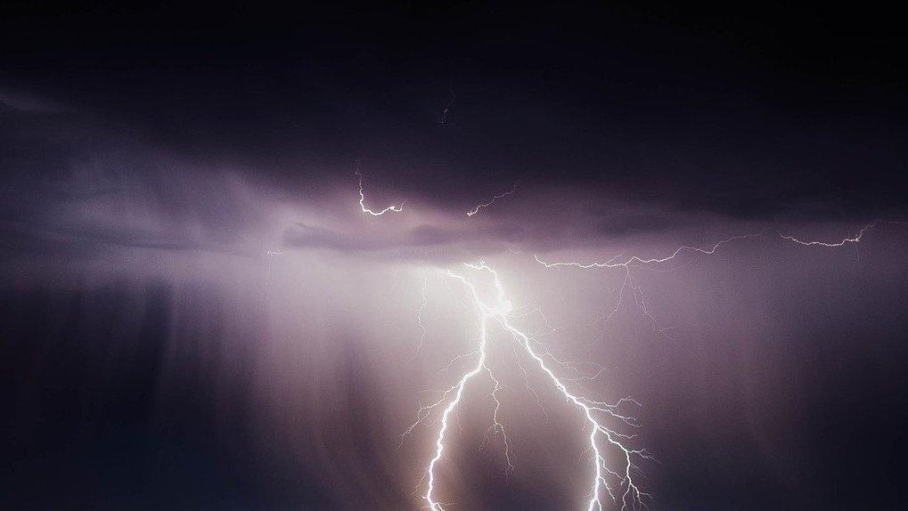 Новосибирцев перепугала молния, ударившая по жилкомплексу