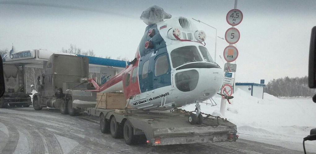 В Омской области на заправке заметили фуру с вертолетом