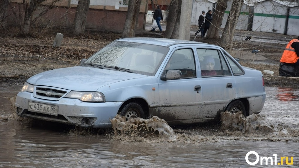 Из-за коммунальных ЧП две омские улицы залило кипятком и холодной водой