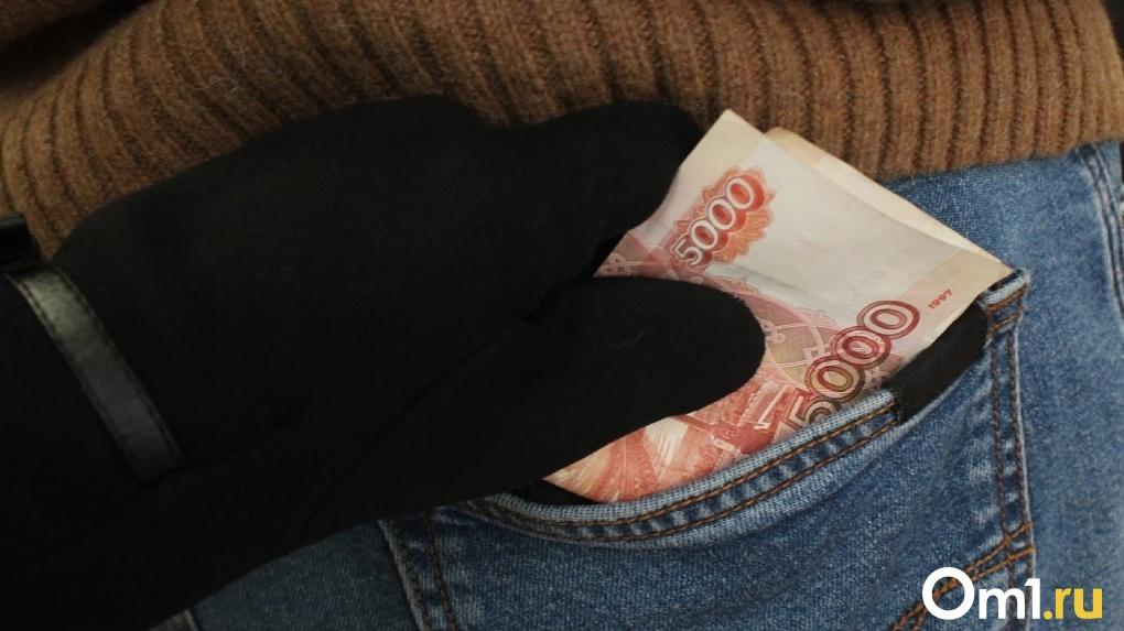 Пьяную студентку из Омска обокрали на 18 тысяч рублей