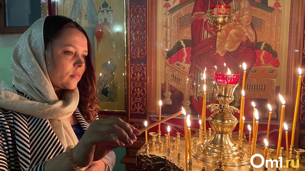Сотни прихожан в масках и платках: как в новосибирском соборе проходит ковидная Пасха (ночной репортаж)