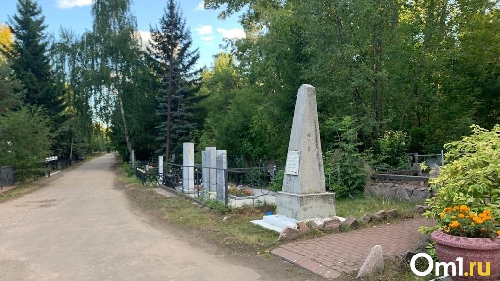 «Могила – помойка». Омичка рассказала о состоянии Ново-Восточного кладбища