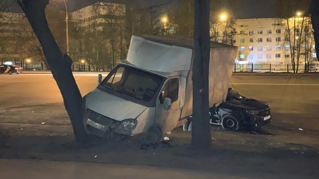 Пятеро новосибирцев пострадали в ДТП при столкновении грузовика и легкового автомобиля