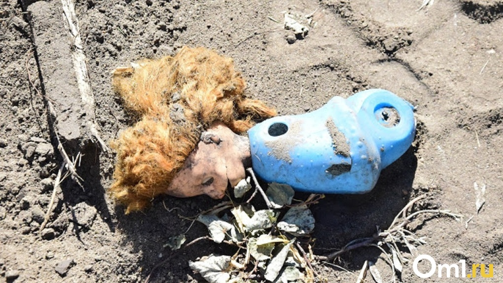 Убитых девочек из Омска похоронили в городе, где над ними надругался любовник их матери