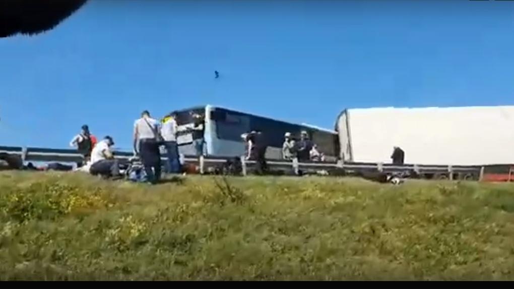 «Движение парализовано». На омской «трассе смерти» столкнулись две фуры и автобус с пассажирами