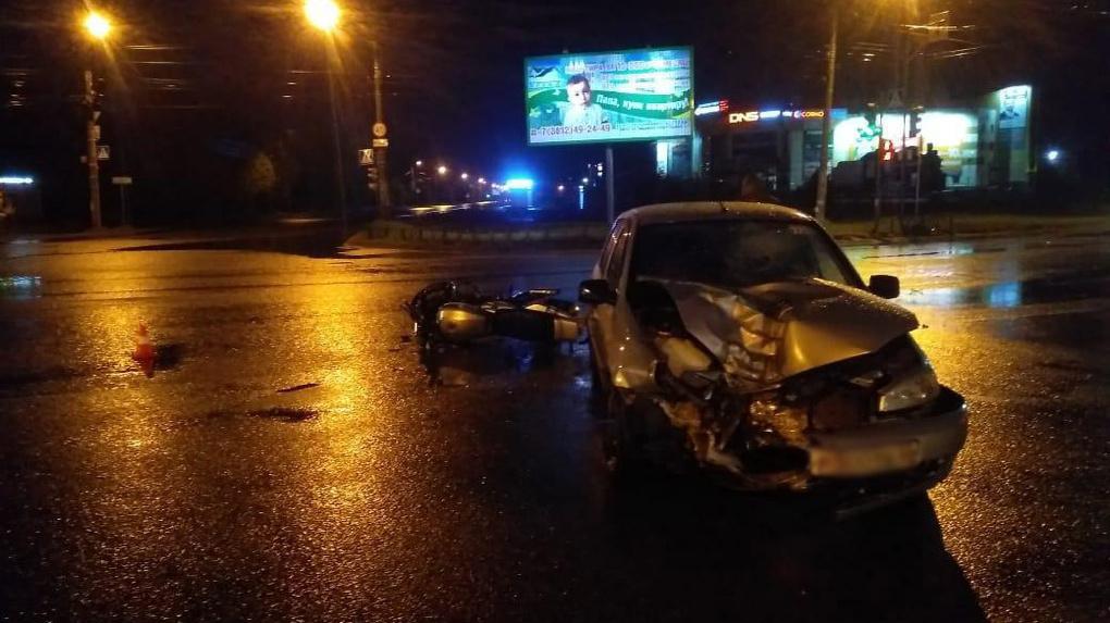 Страшное ДТП: в Омске водитель легковушки покалечил девушку-мотоциклиста