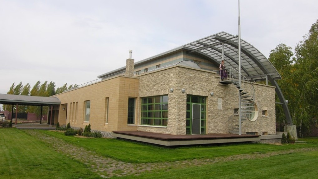 Омич предлагает обменять коттедж со SPA-комплексом и винным погребом на квартиру рядом с губернатором