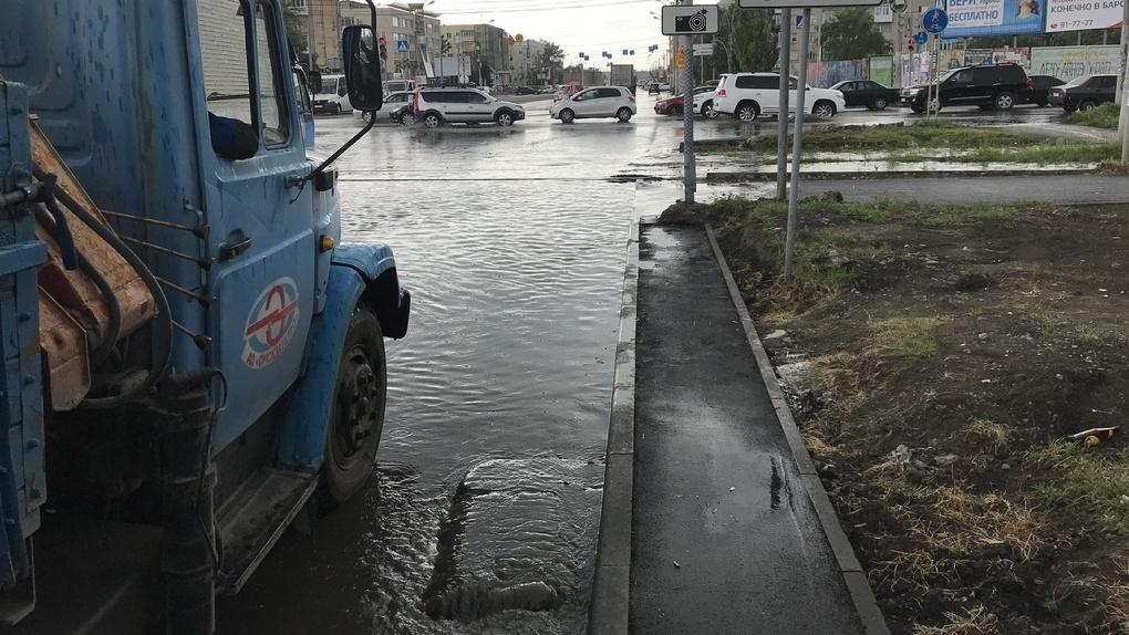 Из-за короткого ливня Омск затопило водой