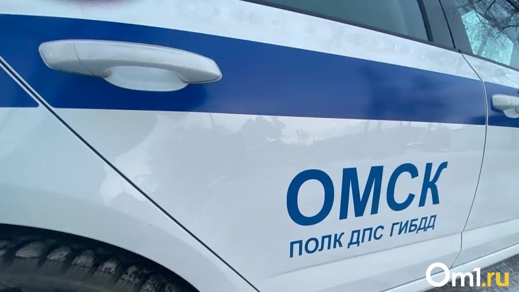 Пенсионер в Омске влетел в дерево на «Ниве» и погиб