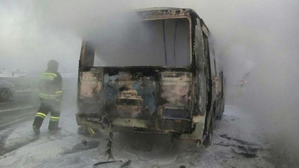 Пассажирский автобус вспыхнул в людном месте левобережья Новосибирска