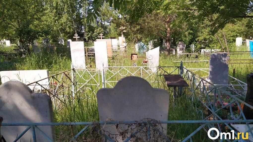 Накануне Троицы в Омске не смогли определиться с запретом на посещение кладбищ