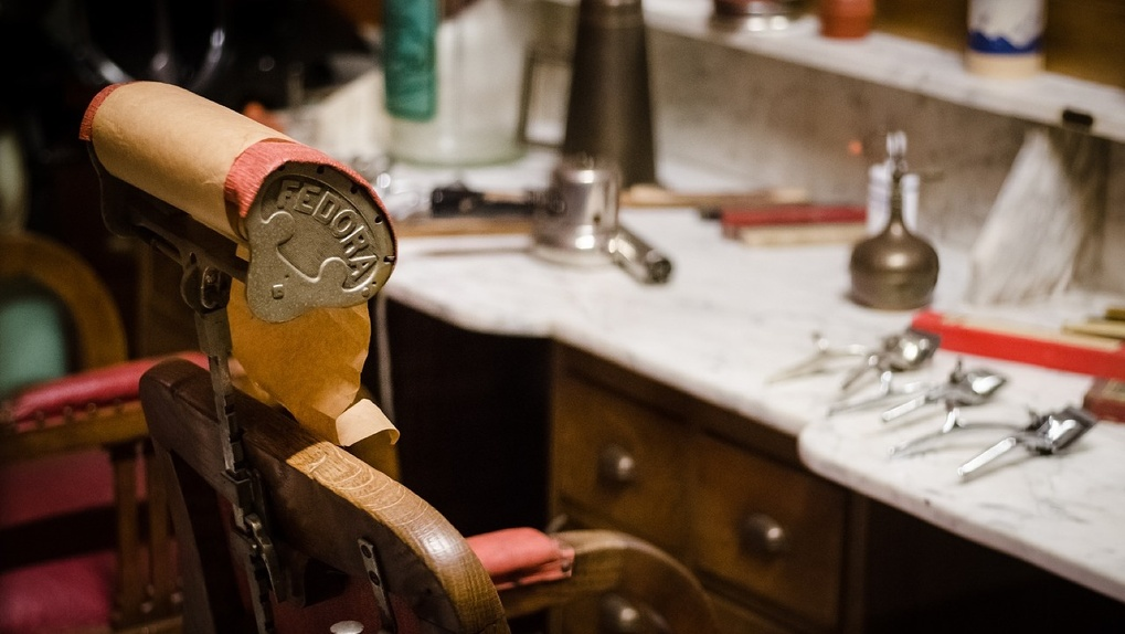 Парикмахерские в Омске пока не открываются. Но все может измениться уже на следующей неделе