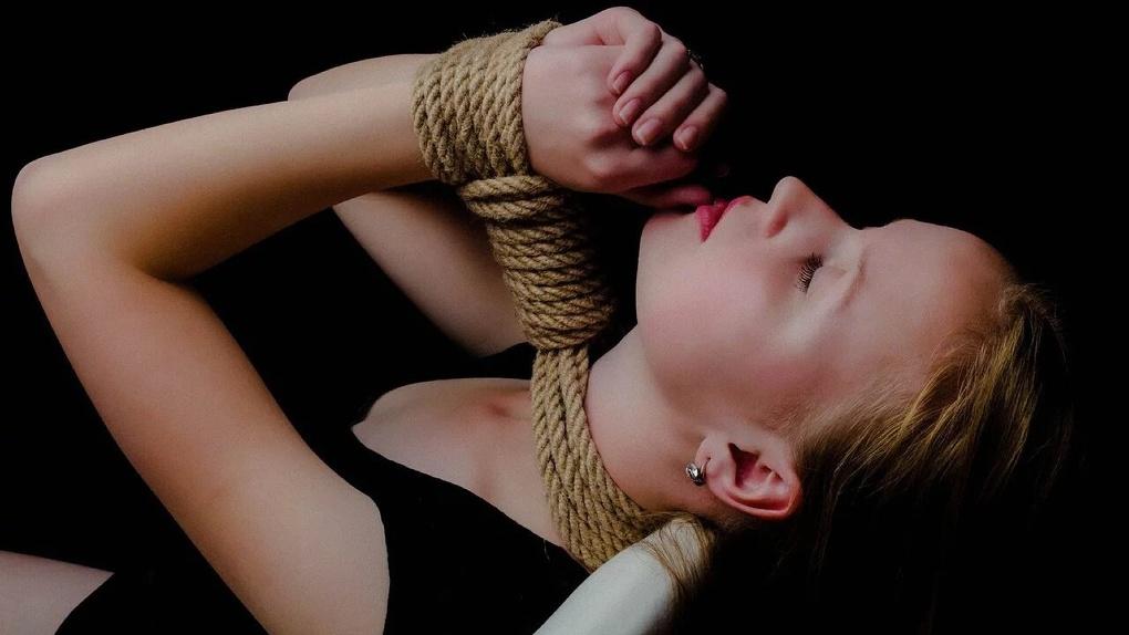 Омичка с любовником изнасиловали жительницу Иркутска, сломали ей руку и ограбили