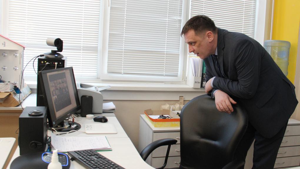 Министр образования Новосибирской области проконтролировал запуск дистанционного обучения в школах