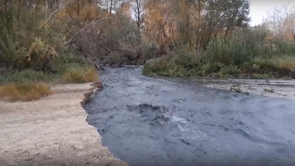 Омичи запечатлели реку выбросов, которая впадает в Иртыш