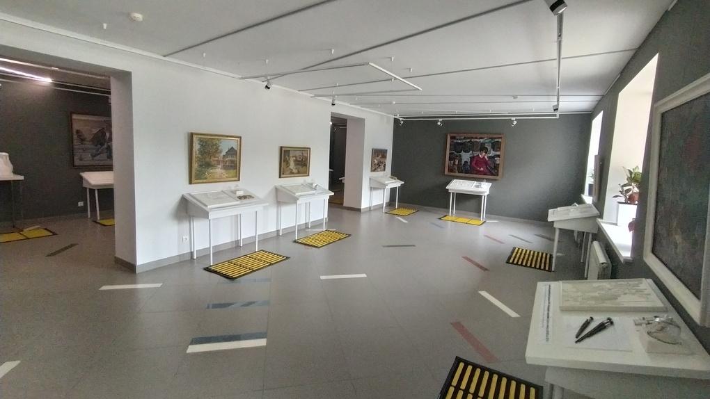 В Новосибирске открылась первая выставка после карантина. Экспонаты там можно нюхать и трогать