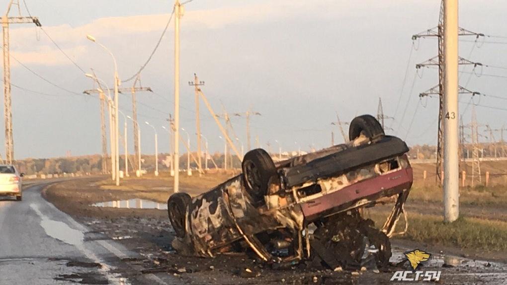Хлебовозка «подожгла» легковой автомобиль на дамбе ГЭС в Новосибирске