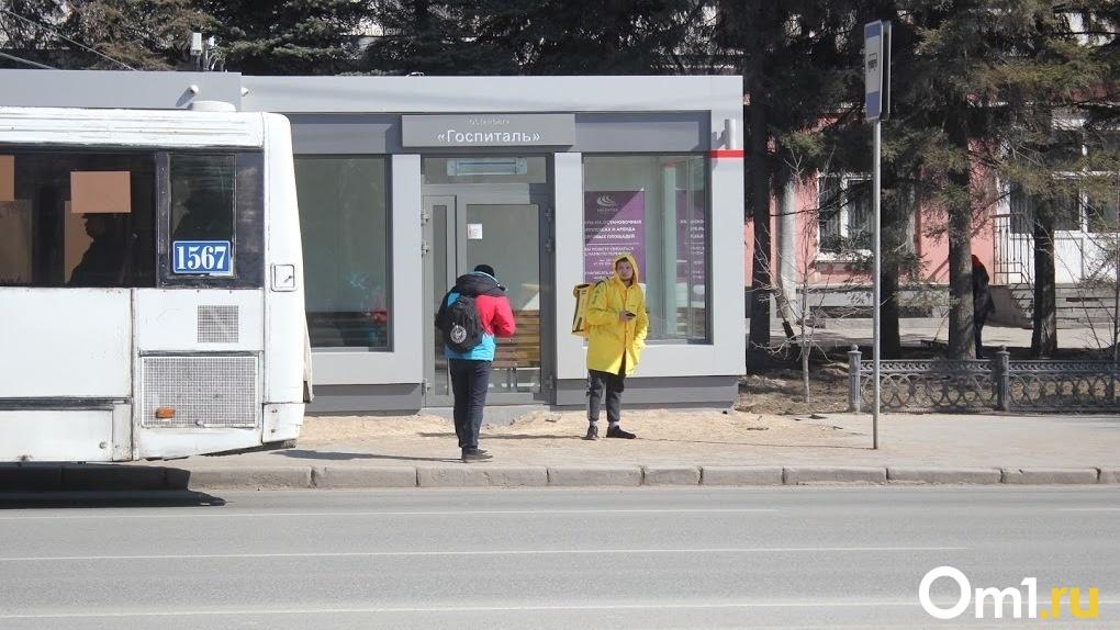 Двух метров мало. Омские депутаты рассмотрят возможность отодвинуть тёплые остановки дальше от дороги