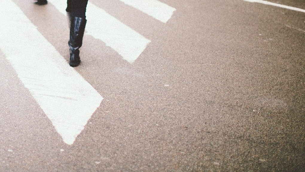 Омич сбил школьницу, которая переходила дорогу