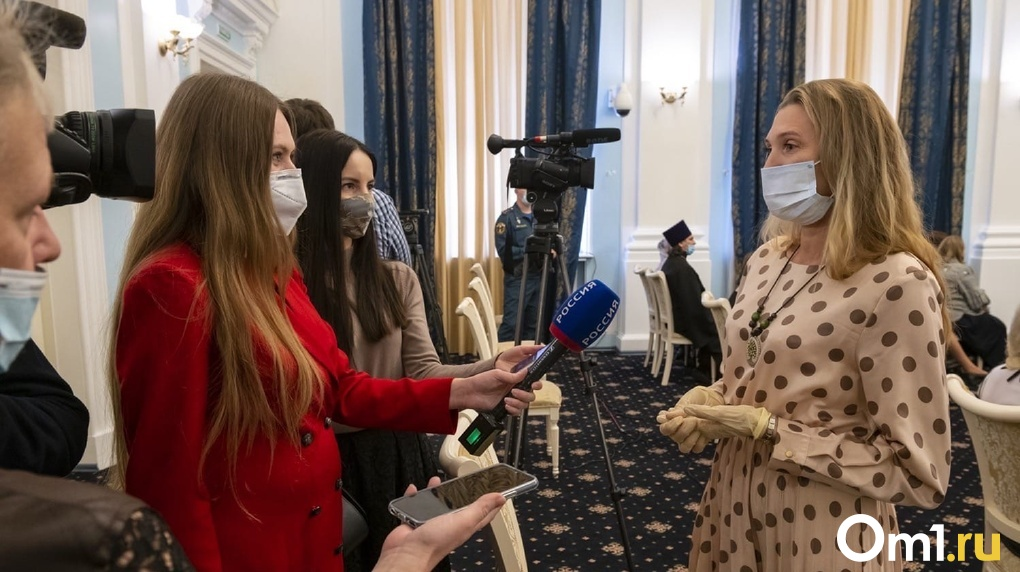 Десяти семьям Омской области вручили по 100 тысяч рублей