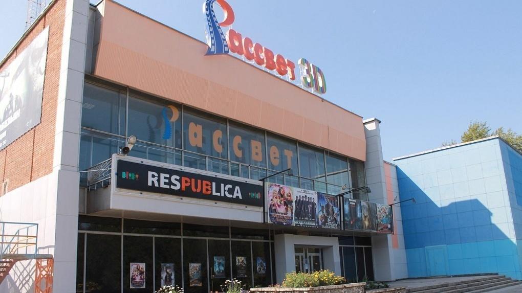 Караоке — вместо кинотеатра: новосибирцы жалуются на громкую музыку из стен культурного учреждения