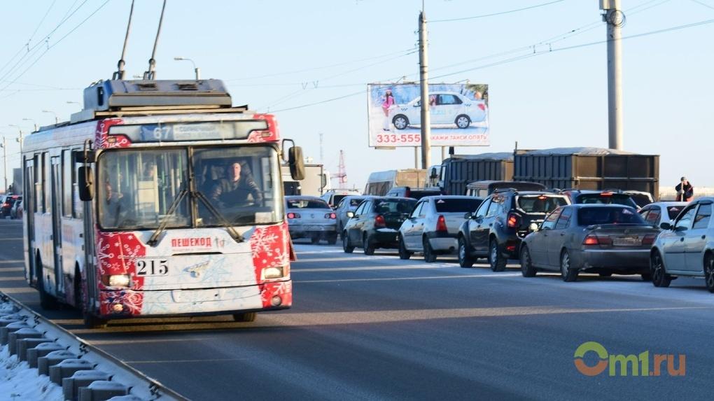 Омские барды споют в троллейбусе