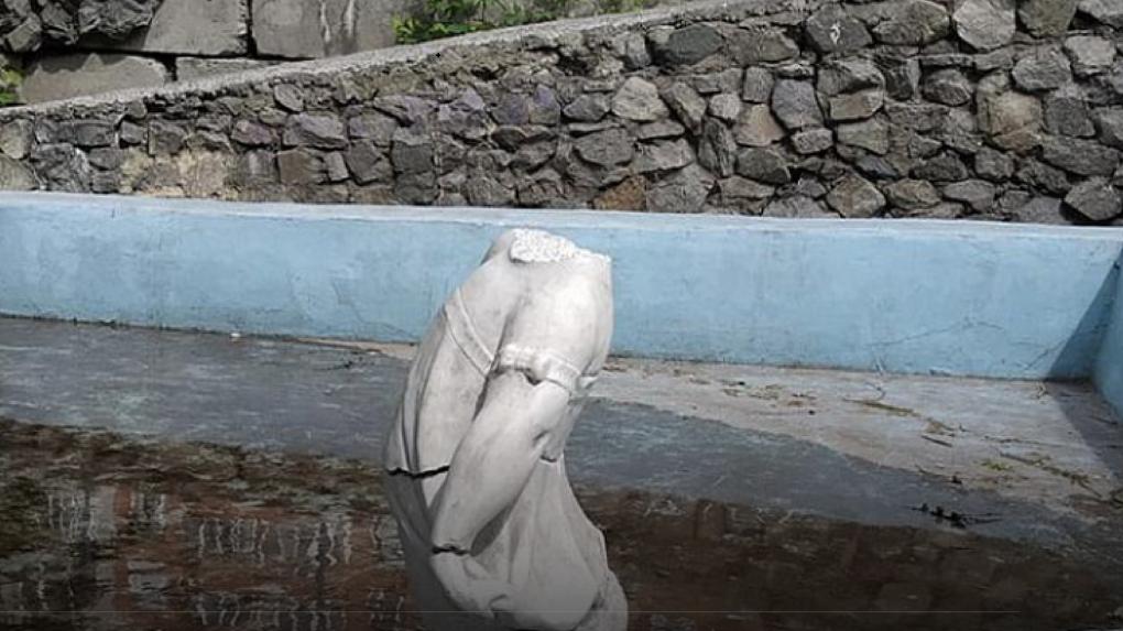 Оставили девочку без головы! В Новосибирске вандалы разрушили скульптуру